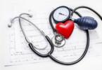 Bluthochdruck führt zu dauerhaften Schäden der Organe. Die Erkrankung bleibt bei vielen Menschen lange Zeit unbemerkt, da sie selten eindeutige Symptome zeigt.