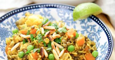 Rezept für Thai Curry Reis mit Gemüse wie Blumenkohl, Erbsen und Karotte