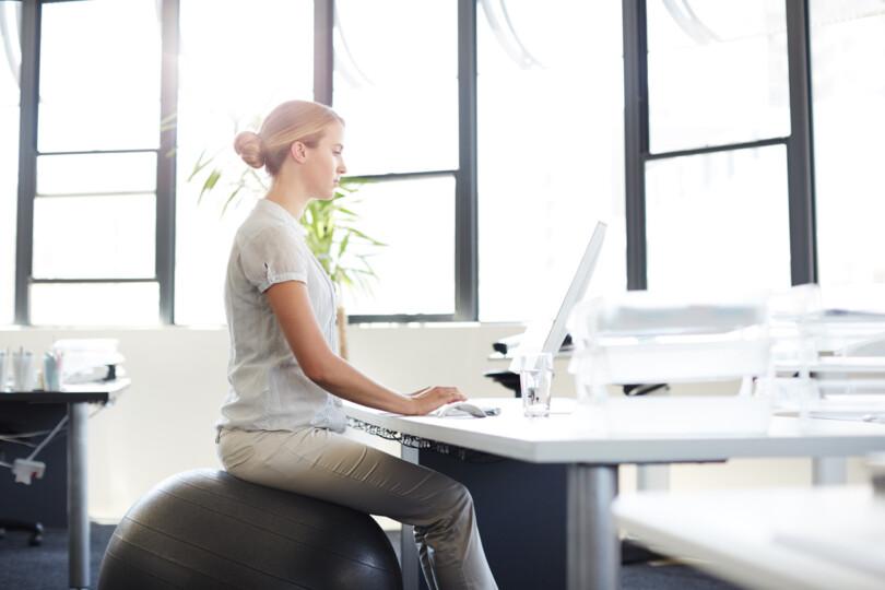 dynamisches Sitzen - Vorbeugend gegen Rückenschmerzen sollte man regelmäßig die Sitzposition ändern.