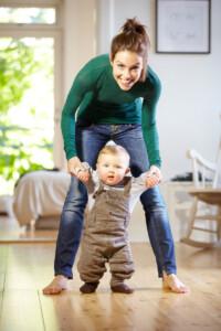 Babys erstes Jahr - Laufen lernen für Anfänger