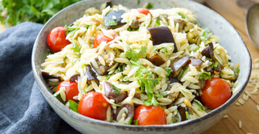 Rezept mit Auberginen-Orzo-Salat mit Cherry-Tomaten, Kalamata-Oliven, Kapern, Pinienkerne und frische Petersilie