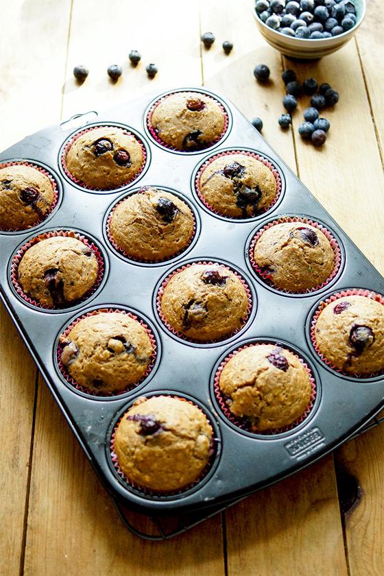 Gesunde, Low-fat Dinkel-Muffins mit Heidelbeeren Rezept, Vollkorn-Dinkelmehl, Haferflocken, ungesüßte Apfelmark und frische Heidelbeere