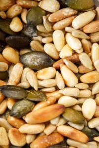 Geröstete Nüsse und Körner