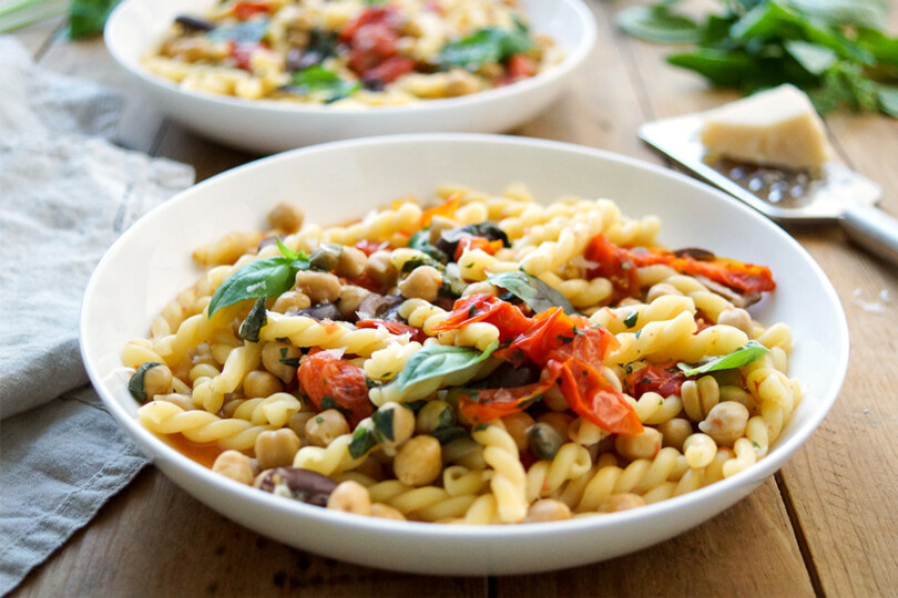 One-Pot Pasta Puttanesca mit Kichererbsen Rezept von Elle Republic