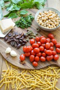 One-Pot Pasta Puttanesca mit Kichererbsen