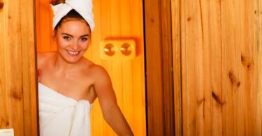Sauna Frau relaxen Immunsystem Herbst