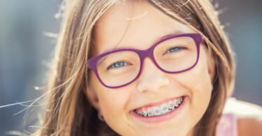 Mädchen lachen Zahnspange