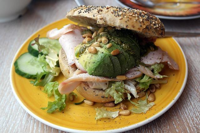 Gesunde Zwischenmahlzeit mit Vollkorn und Avocado