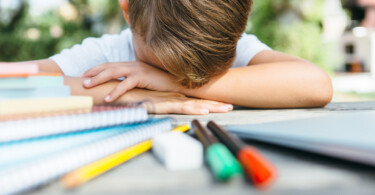 Junge Schule Hausaufgaben verzweifelt