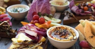 Gemüse und ein Dip.10 Gesunde Snacks am Abend