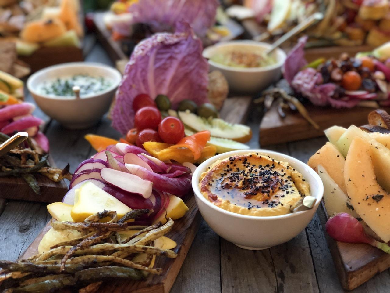 Gemüse und ein Dip.Levante-Küche – Ein neuer Trend