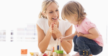 Mein Kind lernt sprechen - Mutter spielt mit Kind