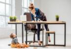 Job nach der Elternzeit - Arbeitende Mutter mit Kind