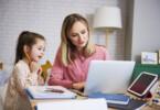 Homeoffice mit Kindern - Mutter und Kinder machen Homeoffice