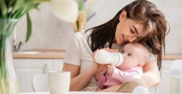 Liebevolle Mutter gibt Ihrem Baby Pre-Milch