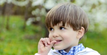 Fingernägel kauen bei Kindern – Junge kaut an den Nägeln