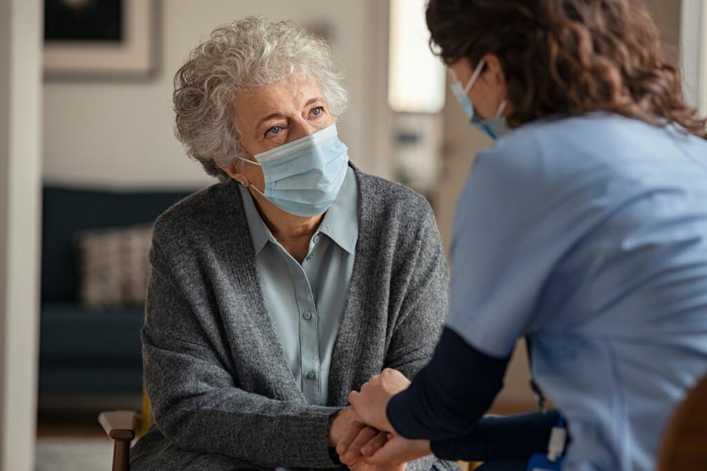 Flächendesinfektion - Krankenpflege einer Seniorin