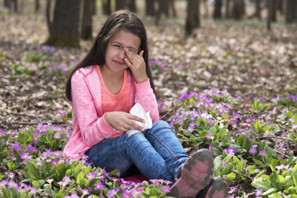 Heuschnupfen bei Kindern - Mädchen reibt sich die Augen