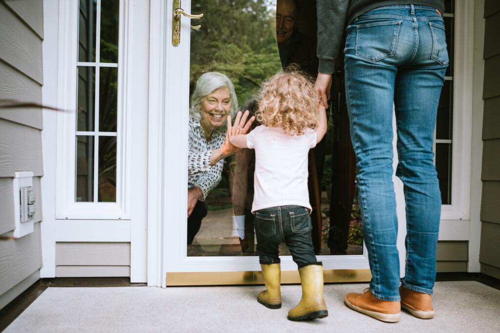 """""""Fenstergespräch"""" mit Seniorin und Enkelkind"""