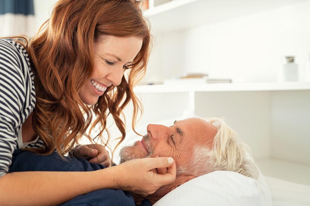 Intimpflege in den Wechseljahren - Liebespaar auf dem Bett