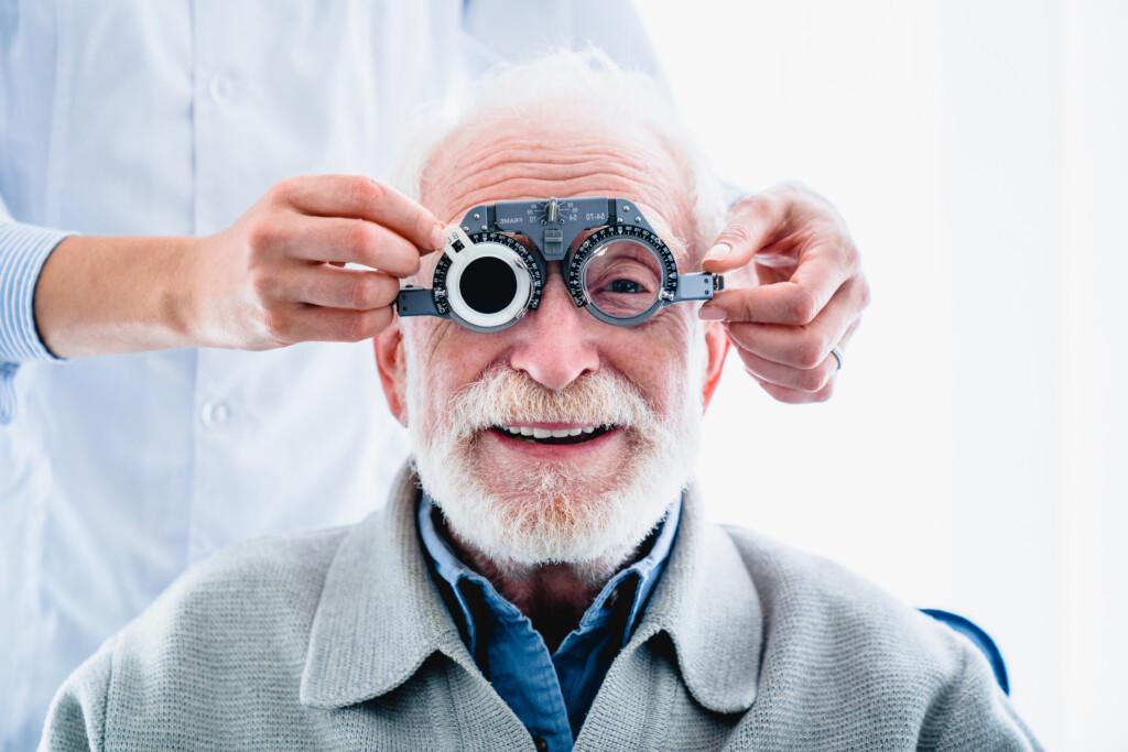 Brillenkorrektur oder Korrektur mit Kontaktlinsen bei Altersweitsichtigkei